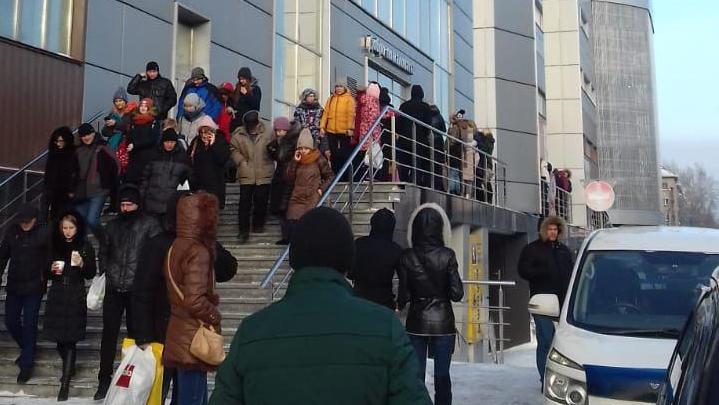 Все на выход: в Новосибирске массово эвакуируют школы, больницы и бизнес-центры