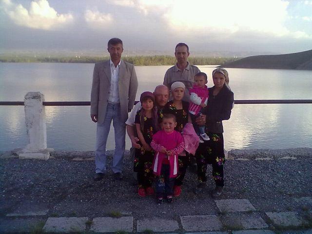 Мирбако с дочками и своими боевыми друзьями, приехавшими к нему в гости
