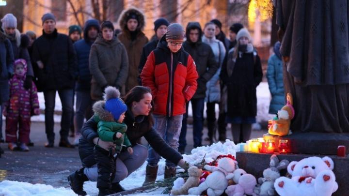 В Ярославле прошла акция памяти погибших при пожаре в Кемерово: фоторепортаж