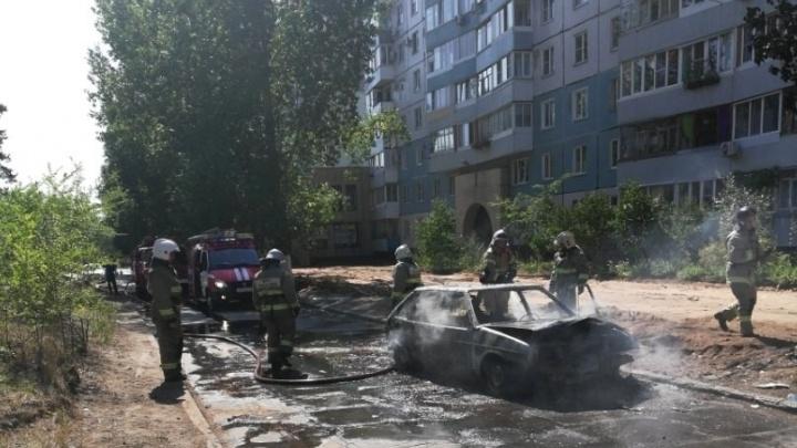 «Черный дым поднимался до 4-го этажа»: около жилого дома в Тольятти сгорела «девятка»