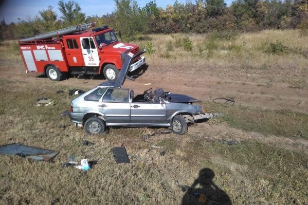 Чтобы достать водителя и пассажира «Лады», спасателям пришлось срезать крышу