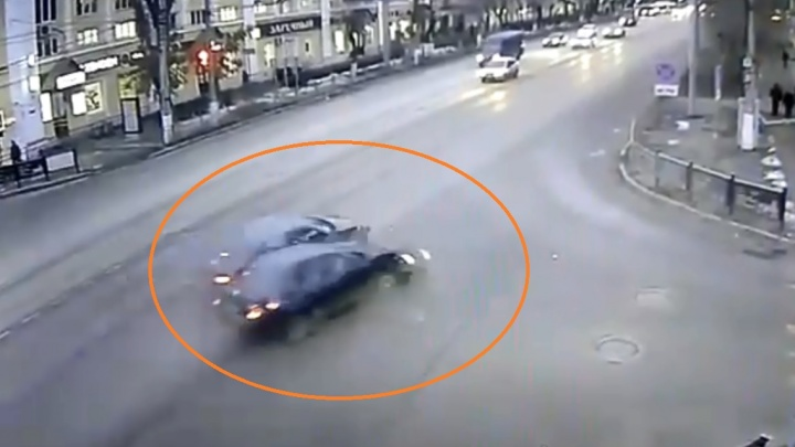 Пострадали два человека: около Торгушки «Лада» на полной скорости протаранила такси — видео