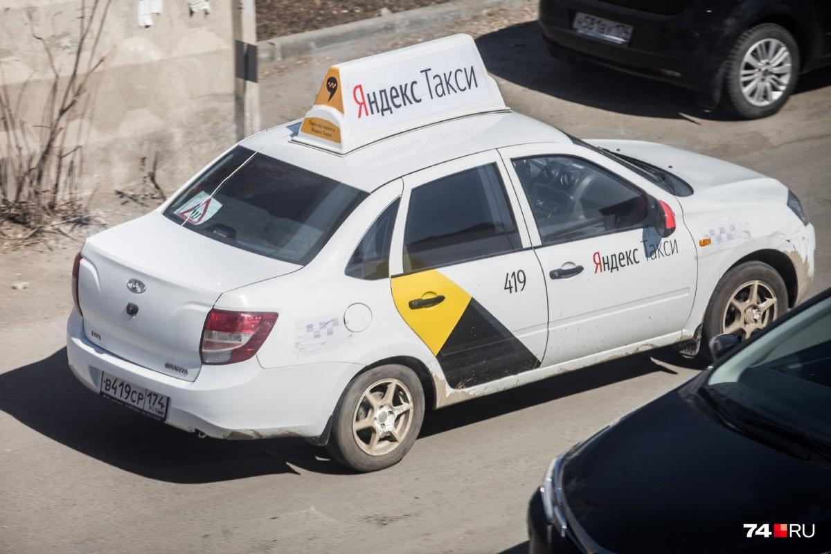 Те, кто регулярно пользуются «Яндекс.Такси», наверняка сталкивались с «телефонными залипалами», лихачами и «светофорными дальтониками» за рулём
