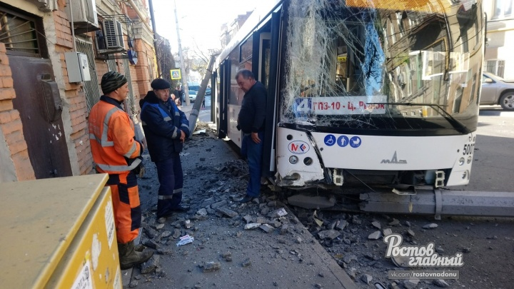 Снесли троллейбусный столб: ДТП с участием автобуса произошло в центре Ростова
