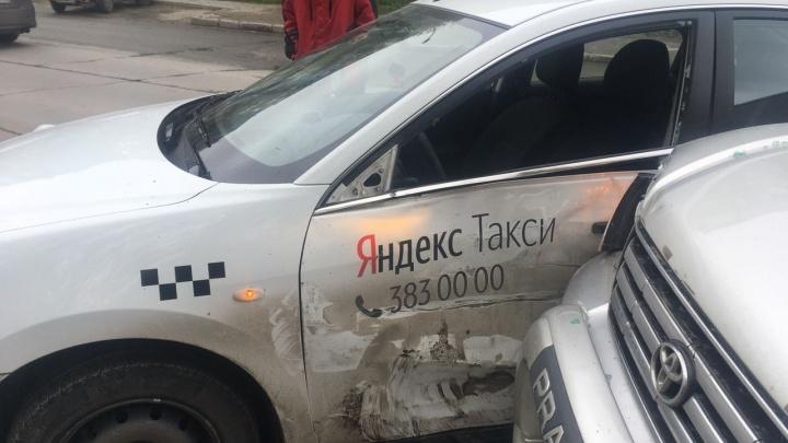 Машина Яндекс.Такси с пассажиркой столкнулась с Land Cruiser на улице Блюхера