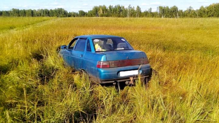В Мокроусовском районе мужчина угнал автомобиль и застрял в болоте