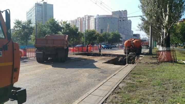 Дорогу разрыли в районе Потапова: устранять коммунальную аварию на Московском будут до конца дня