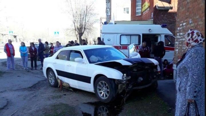 В Башкирии Chrysler столкнулся с Lada Granta и въехал в стену