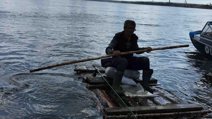 «Связал полешки бельевой веревкой»: спасатели вытащили из воды пожилого рыбака на самодельном плоту