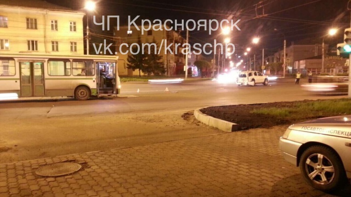 Не рассчитавший дистанцию автобус травмировал в ДТП водителя внедорожника