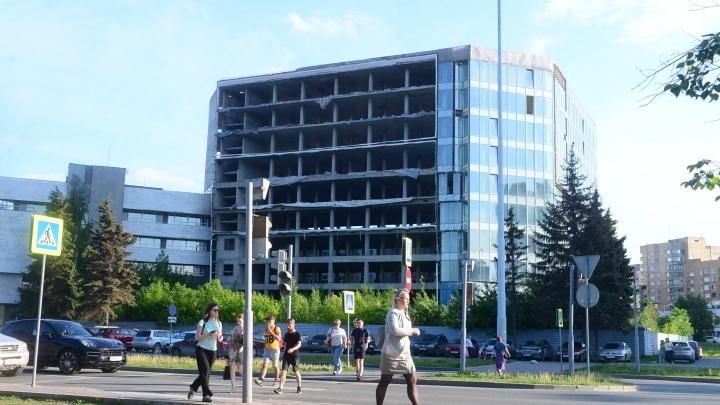 С заброшенного здания у Белого дома, которое будет достраивать УГМК, убрали баннер «ЭКСПО-2025»