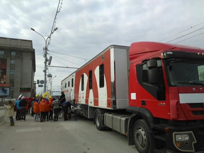 С утра к фуре Новосибирского центра крови уже выстроилась небольшая очередь