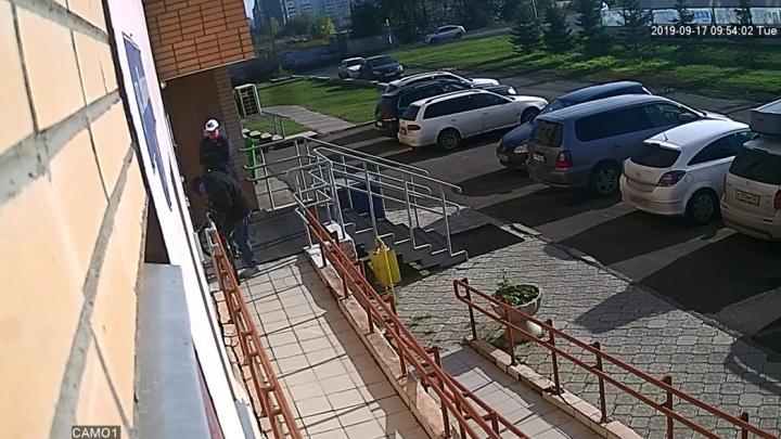 Камера у подъезда засняла, как неизвестные воруют пристегнутый велосипед. Видео