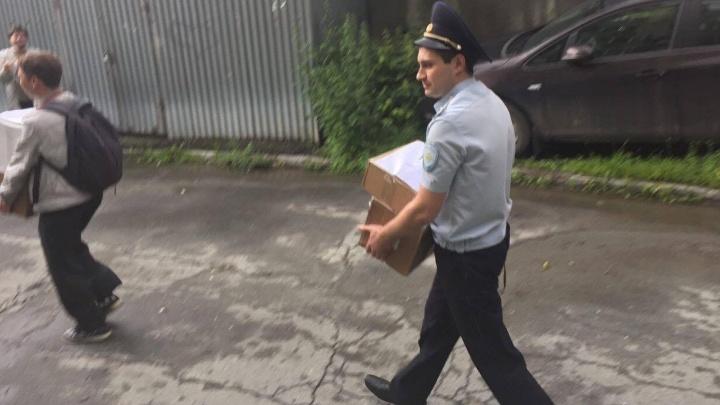 Проводили аплодисментами: после обыска из штаба Навального в Екатеринбурге вынесли 8 коробок