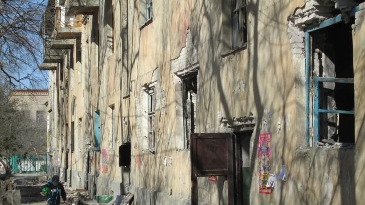 «У нас тут готовится трагедия»: в Волгограде дом-призрак «разбрасывает» кирпичи на головы людей