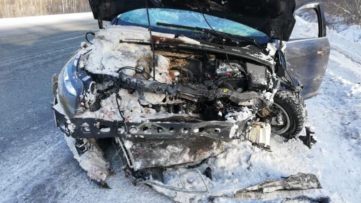 Машины смяты до неузнаваемости: под Полевским случилось лобовое ДТП, где пострадала 4-летняя девочка