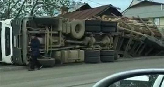 В Большебрусянском опрокинулась фура с лесом