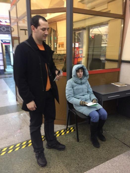 После поступления информации от сотрудников Росгвардии мужу пропавшей тот в сопровождении координатора поиска от ПСО «Лиза Алерт Новосибирск» поехал на вокзал Новосибирск-Главный
