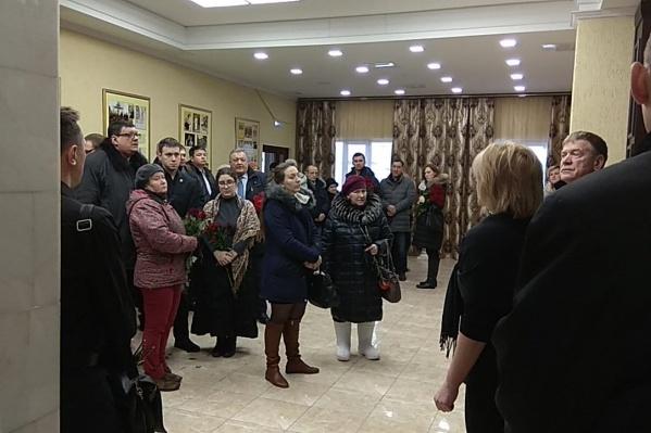 На церемонию прощания пришли больше 100 человек