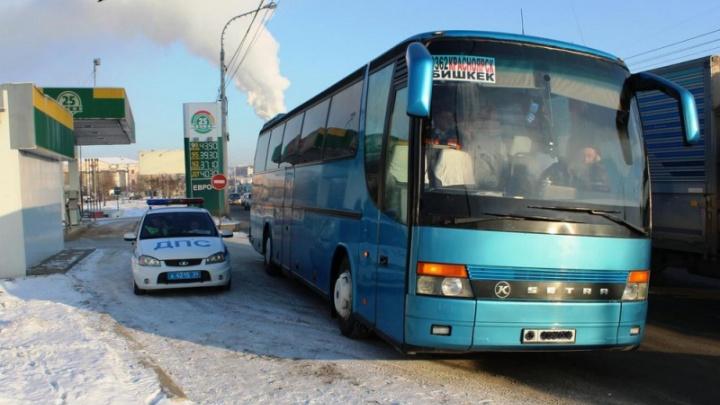 На выезде с автовокзала инспекторы развернули автобус в Бишкек без тормозов