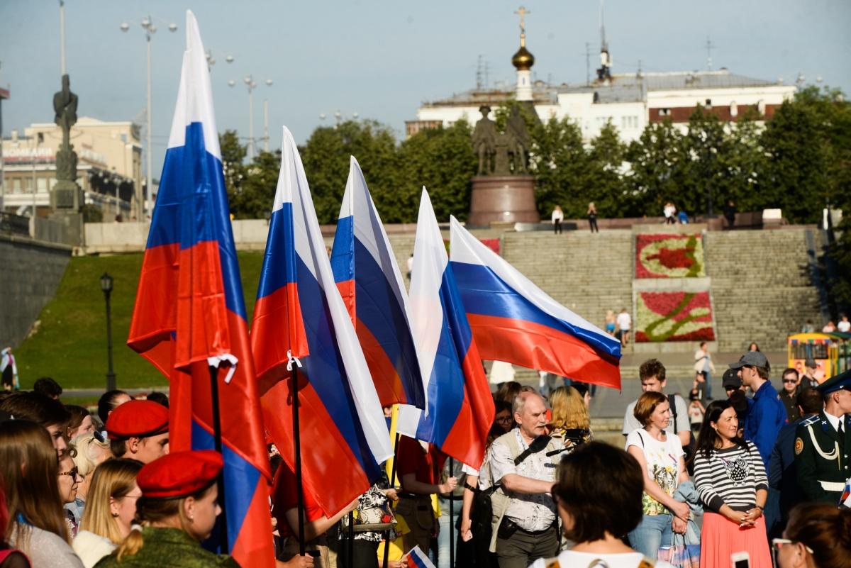 Очень много флагов в День флага