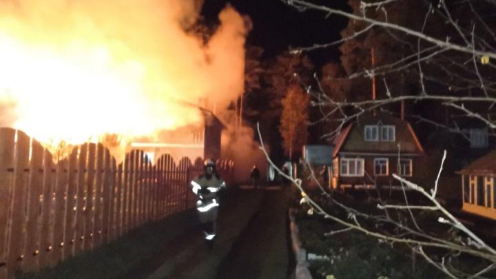 В Екатеринбурге во время пожара в садовом доме пострадала женщина, спасавшая привязанную собаку