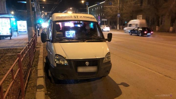 Резко затормозил: в Волгограде в авариях пострадали два пассажира маршрутных такси