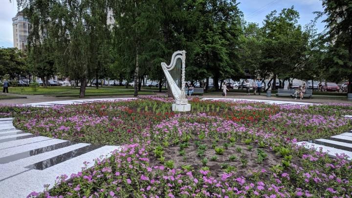 Фото: возле оперного театра установили новую скульптуру в форме арфы