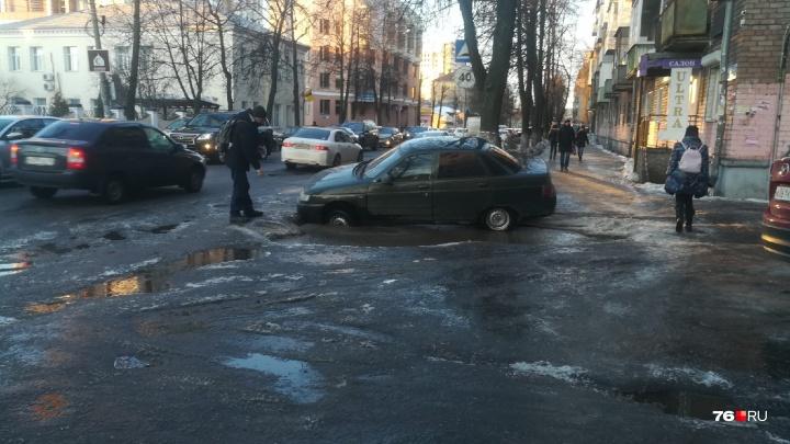 Двое толкали безуспешно: в Ярославле машина провалилась в яму изо льда