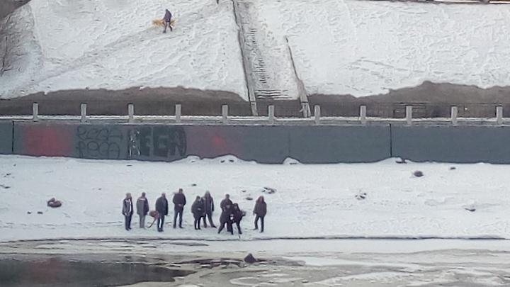Упавший с Комсомольского моста омич умер в карете скорой помощи