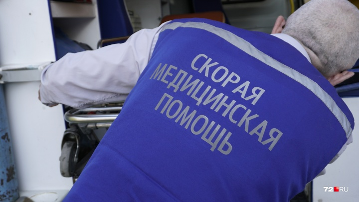 В Тюмени врачам пришлось разнимать драку таксиста и пассажира:один бил другого головой об асфальт