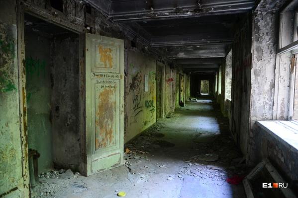 Внутри здание больницы выглядит плачевно