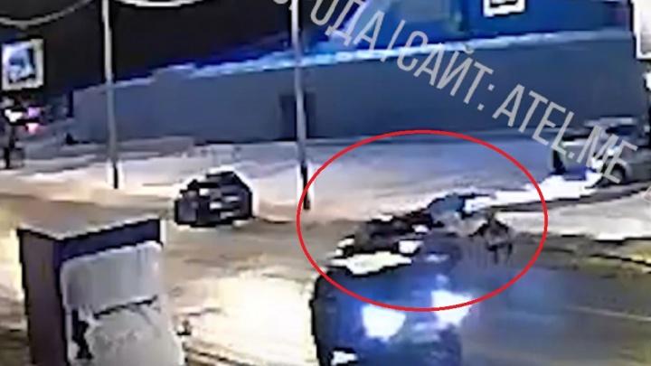 Подлетели и упали: в соцсетях оправдывают водителя, сбившего сразу двух человек на переходе