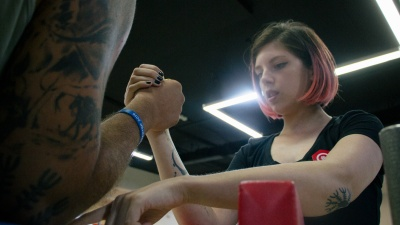 «Попу качать не интересно»: омичка учит мужиков армрестлингу и бьёт татуировки