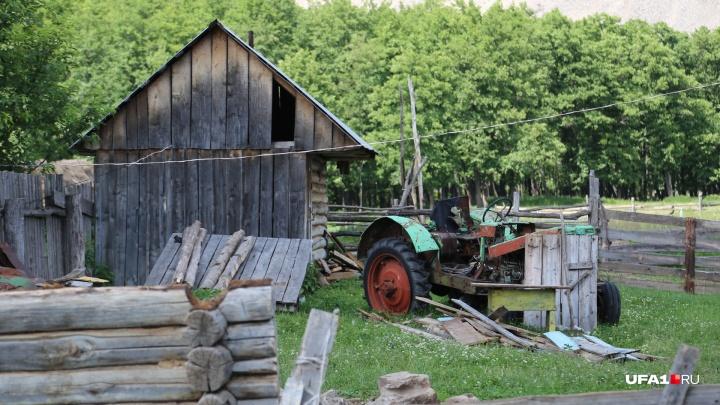 В одном из сел Башкирии мужчину переехал трактор