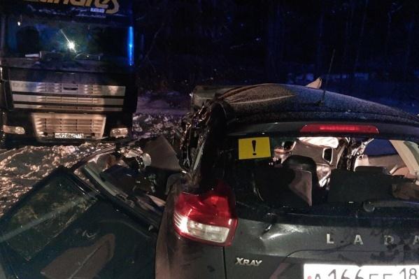 Предварительно, у тягача порвался тормозной шланг, и машину выкинуло на встречную полосу