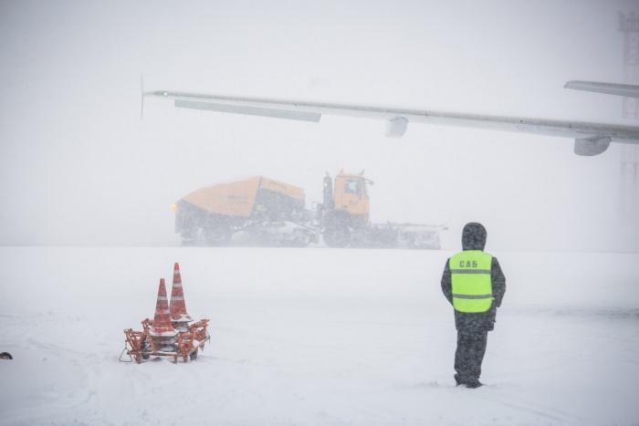 Технические службы брошены на расчистку взлётно-посадочной полосы