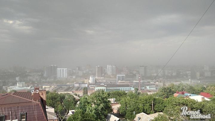 Пылевая буря и шквальный ветер: на Ростов обрушился ураган