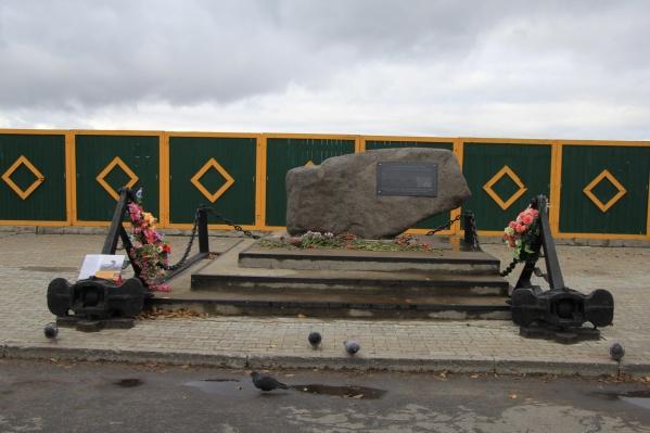 На предназначенном для памятника месте 27 лет назад был установлен закладной камень