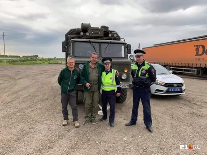 Немецкие путешественники вместе с инспекторами ГИБДД на свердловской трассе
