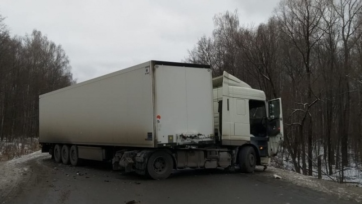 На дороге в Башкирии под фуру залетела «Лада» 15-й модели, водитель легковушки погиб