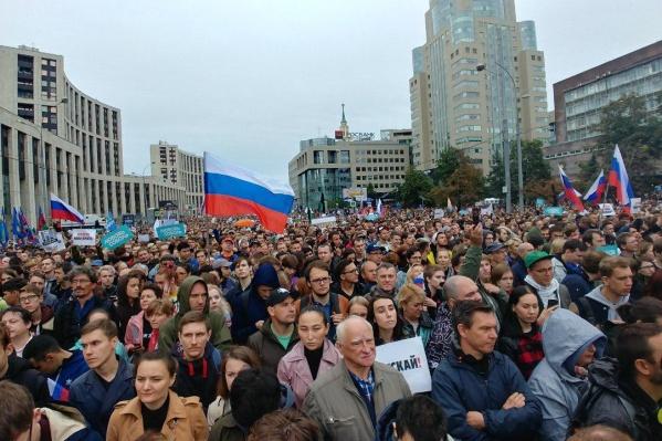 На согласованный митинг пришло более 50 тысяч человек — некоторые принесли с собой флаги России