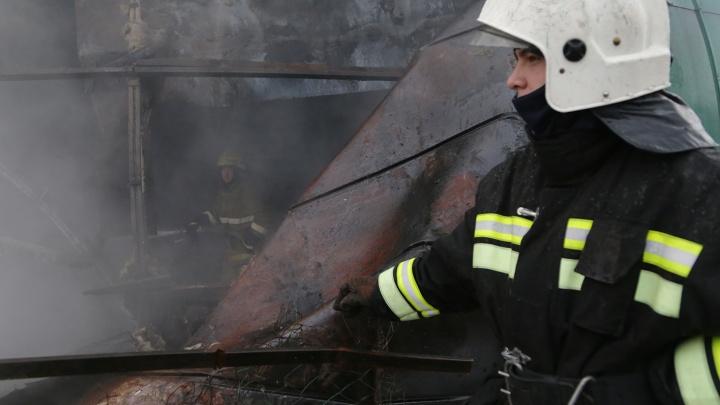 В Уфе ночью сгорел гараж: на пожаре пострадала женщина