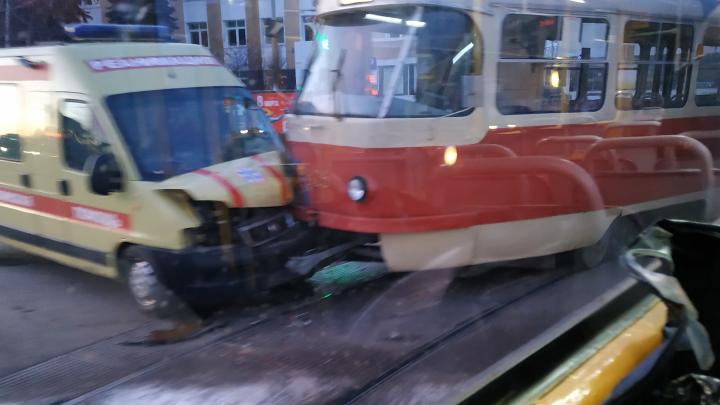 На Юго-Западе машина реанимации врезалась в трамвай