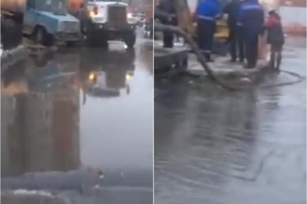 Вода разлилась по всей улице и ближайшим базам