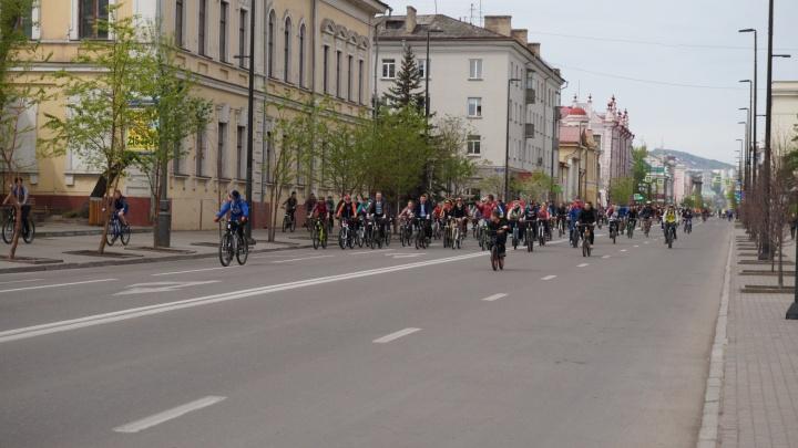 Велосипедисты в элегантных костюмах и платьях проехалась по проспекту Мира. Смотрим фото