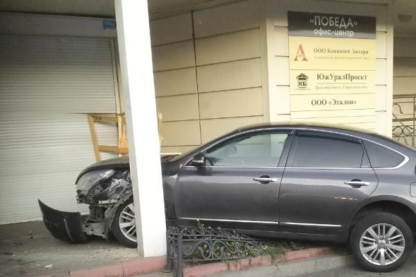 Машина вылетела на крыльцо офисного здания