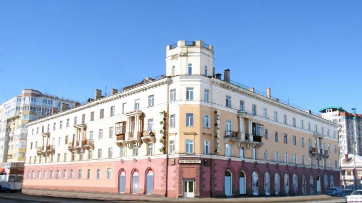 Очищаем от рекламных вывесок «сталинку» с башней на Богдана Хмельницкого