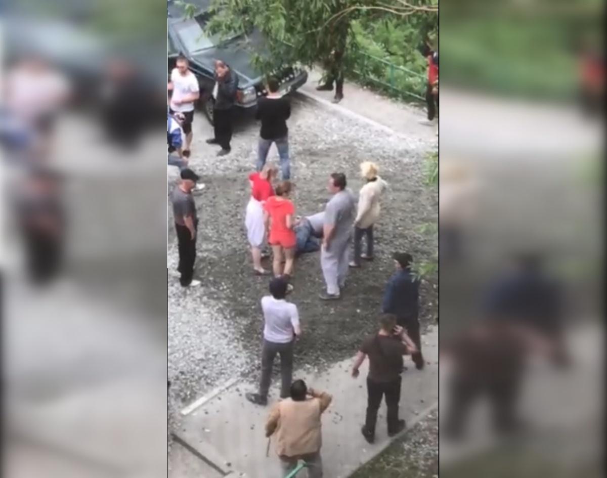 В потасовке за свой двор повредил спину житель дома №56 по улице Каслинской Сергей