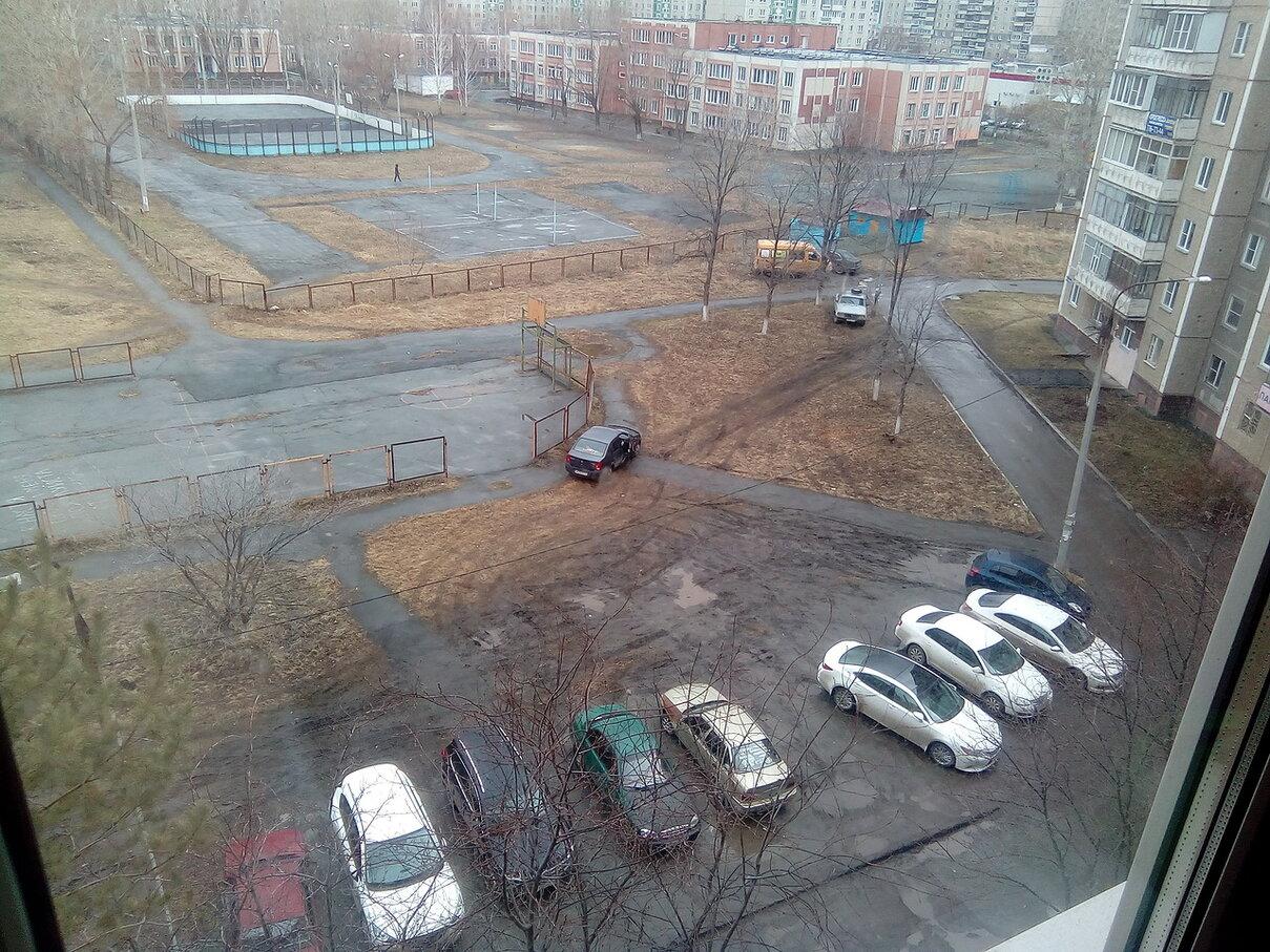 А вот один из дворов по улице 40-летия Победы: отдельного внимания заслуживает «баран» на Renault Logan, который встал на перекрестье тропинок
